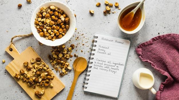 Вид сверху пищевых ингредиентов с нутом и рецептом