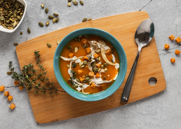 Вид сверху пищевых ингредиентов с супом в миске