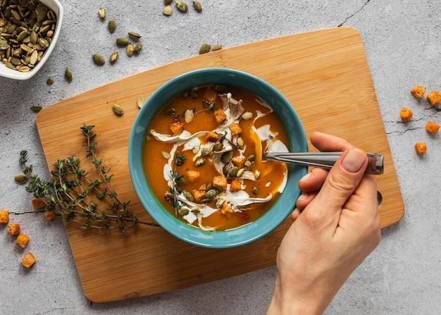 Вид сверху пищевых ингредиентов с овощным супом в миске