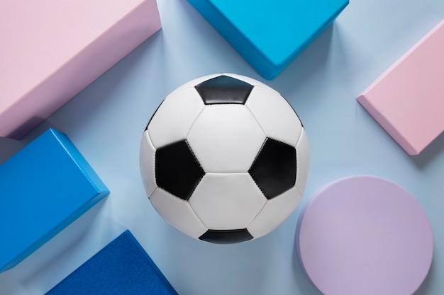 Вид сверху футбольных мячей с бумажными формами
