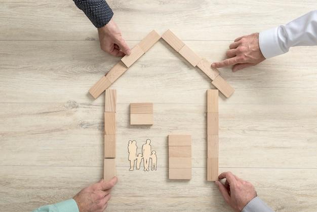 住宅の形をした4人の平面図