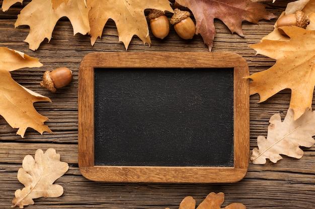 秋の紅葉とドングリのフレームのトップビュー