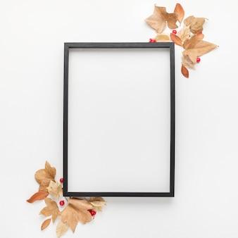 Вид сверху рамки с осенними листьями