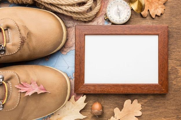 Вид сверху рамы с ботинками и осенними предметами первой необходимости