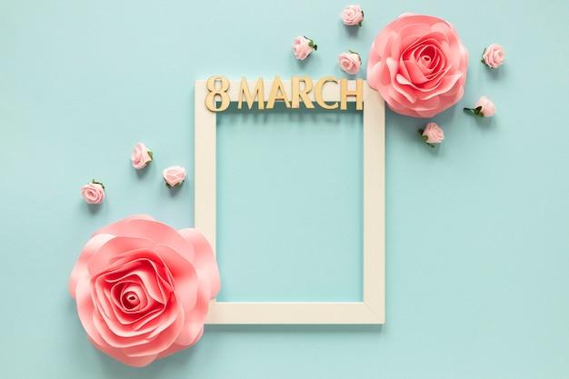 Вид сверху рамки с цветами на женский день