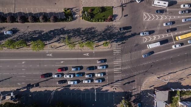 Вид сверху автострады оживленной городской уличной пробки