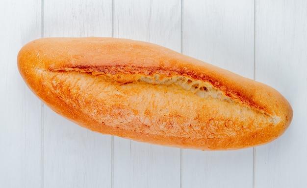 나무 테이블에 프랑스 버 게 트 빵의 상위 뷰