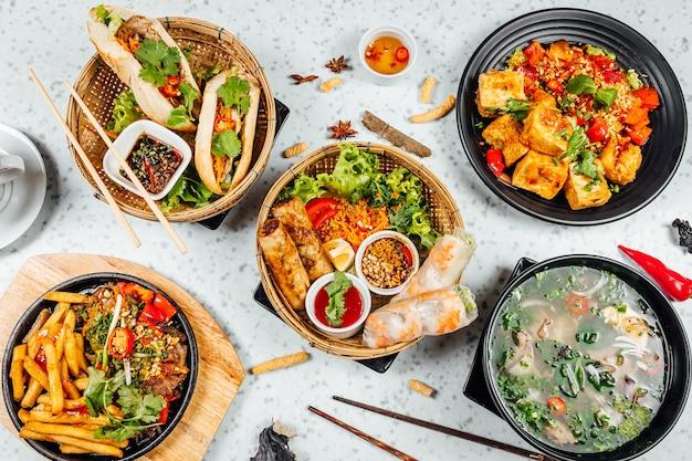 テーブルの上の新鮮でおいしいベトナム料理の上面図