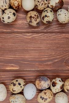 Вид сверху на свежие и здоровые яйца, изолированные с разных сторон с копией пространства
