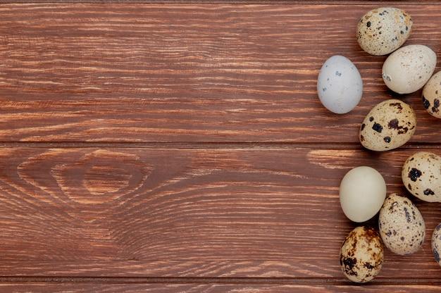 Вид сверху свежих и здоровых яиц на деревянном фоне с копией пространства