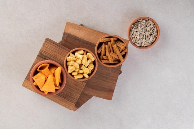 Вид сверху свежих закусок на деревянной доске.