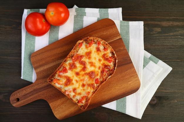 焼きたての自家製ピザトーストとフレッシュトマトのブレッドボードの上面図
