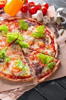 갓 구운 피자의 상위 뷰