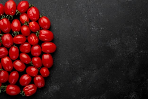 복사 공간 검은 배경에 신선한 체리 토마토의 상위 뷰