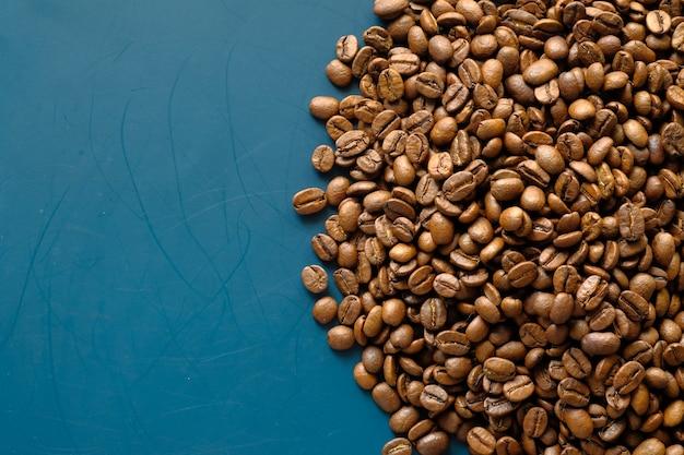 コピースペースのある淹れたてのコーヒー豆の上面図。