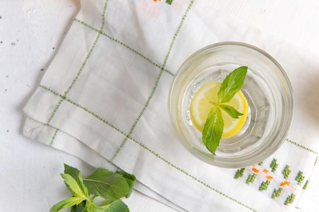 Вид сверху свежего прохладного лимонада на белой поверхности