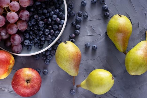 Вид сверху свежих фруктов на сером фоне