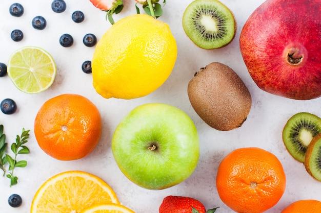 흰색 바탕에 신선한 과일의 최고 볼 수 있습니다.
