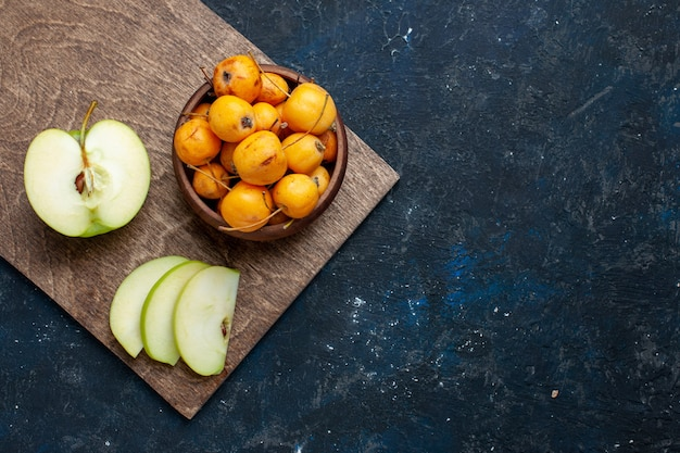 ダークでフルーツフレッシュなまろやかな熟した上に甘いサクランボでスライスされた新鮮な青リンゴのハーフカットの上面図