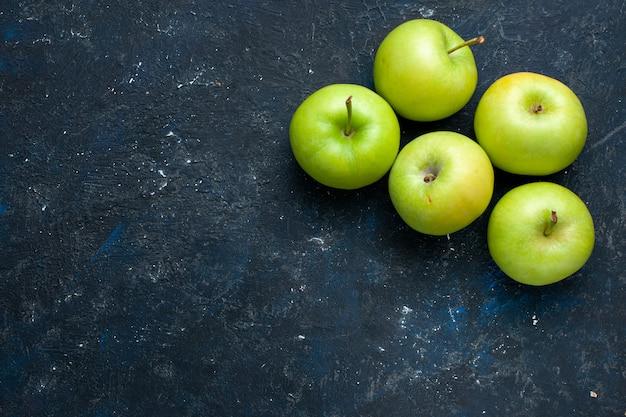 暗い机の上に分離された新鮮な青リンゴの組成の上面図、果物の新鮮なまろやかな熟した