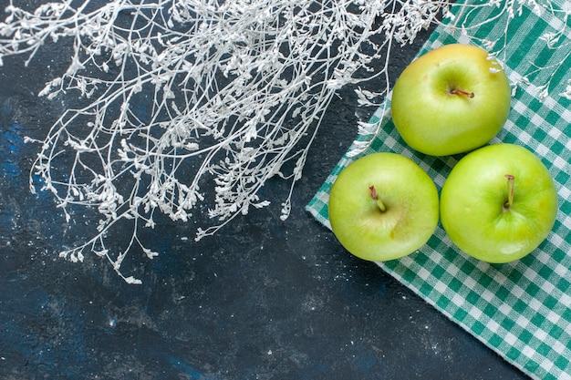 紺色の机の上にまろやかでジューシーな酸っぱい新鮮な青リンゴ、フルーツベリー健康ビタミンの上面図