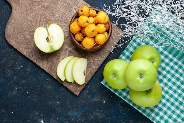 暗い机の上に甘いサクランボ、フルーツの新鮮なまろやかな熟した新鮮な青リンゴの上面図