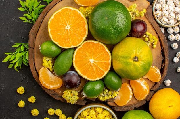 Feijoas와 어둠에 사탕과 신선한 녹색 감귤의 상위 뷰 무료 사진