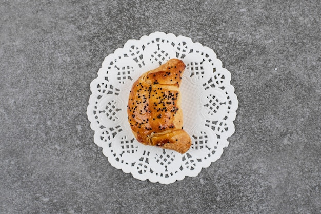 회색 표면 위에 흰색 냅킨에 신선한 홈메이드 쿠키의 상위 뷰