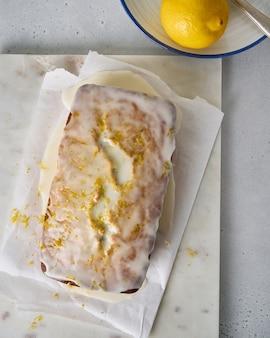 양귀비 씨앗 흰 유약과 감귤 껍질을 곁들인 신선한 레몬 빵의 상위 뷰