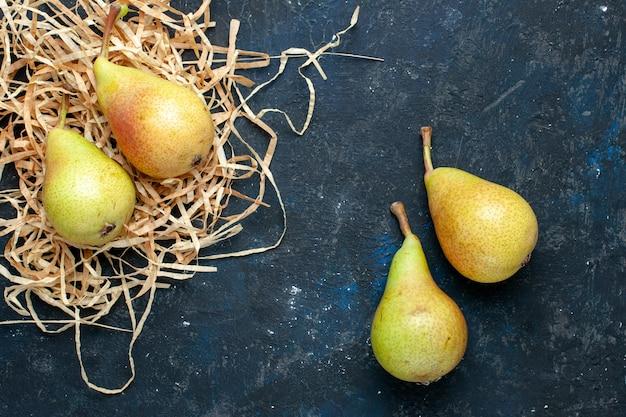 濃い灰色の机の上に新鮮なまろやかな梨全体の熟した甘い果物の上面図、果物のまろやかな食品の健康