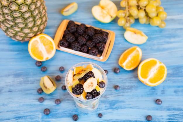 木製のテーブルの上のおいしい果物の新鮮なミックスの上面図。健康的な自然のリフレッシュメント