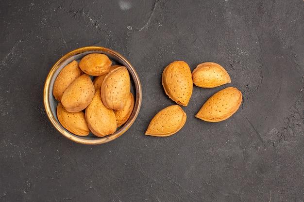 暗い表面の新鮮なナッツの上面図