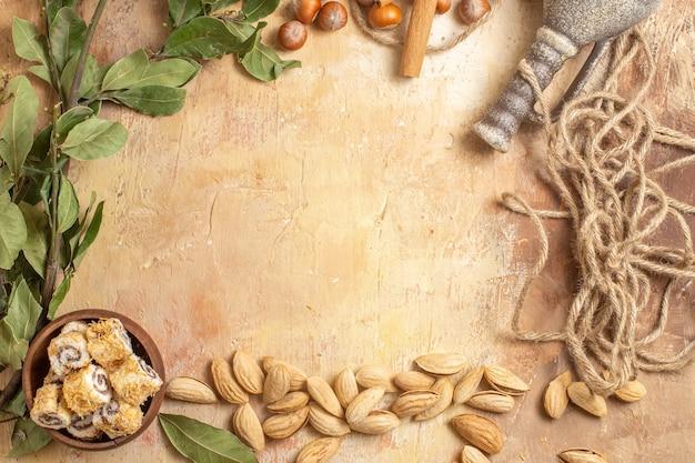 木製の表面にキャンディーと新鮮なナッツの上面図