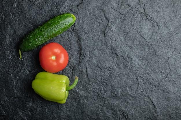 黒の背景で新鮮な有機野菜の平面図です。