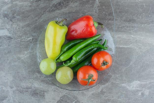 新鮮な有機野菜の上面図。トマトとピーマン。