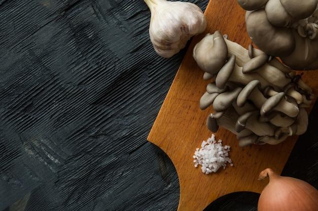 クリームスパイスハーブと野菜と新鮮なカキのキノコの上面図