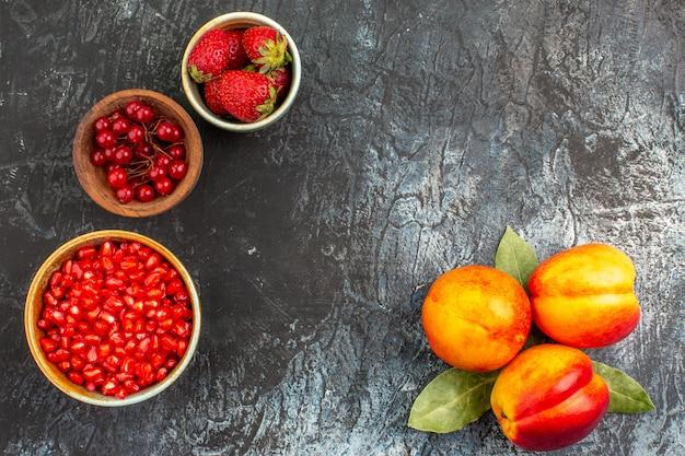 신선한 복숭아 익은 과일의 상위 뷰