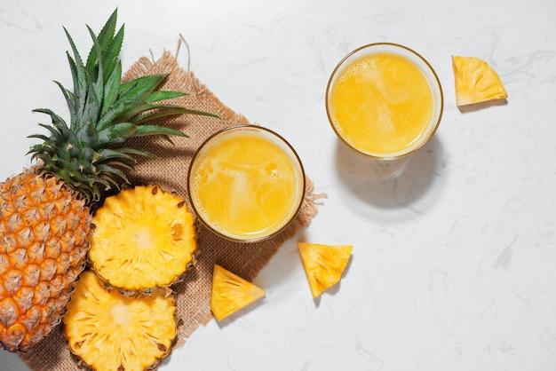 パイナップルフルーツとグラスの新鮮なパイナップルジュースの上面図