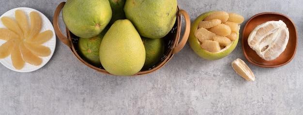 中秋節の果物の灰色のセメントテーブルの背景に新鮮なザボンの上面図。