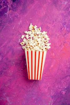 Вид сверху свежего попкорна на ночь кино