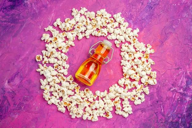 映画の夜の新鮮なポップコーンの上面図
