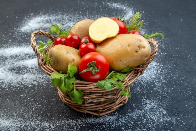 黒と白の背景に木製のバスケットに新鮮な生野菜と緑の上面図
