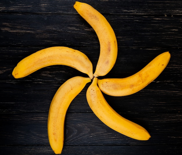 黒い木に分離された新鮮な熟したバナンのトップビュー