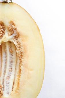 白い背景の上の新鮮な熟したメロンの上面図。最小限の食品の概念。クリエイティブな料理。閉じる