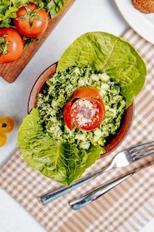 노아 토마토와 오이와 신선한 샐러드의 상위 뷰