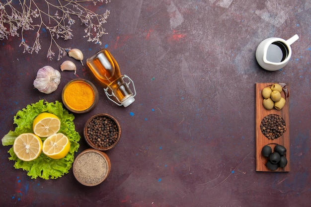 블랙에 그린 샐러드와 올리브와 신선한 슬라이스 레몬의 상위 뷰