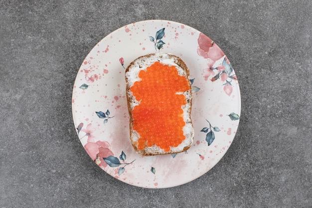 Вид сверху свежих небольших бутербродов с на белой тарелке.
