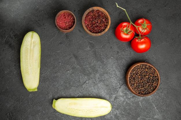 灰色の表面に調味料とトマトの新鮮なカボチャの上面図