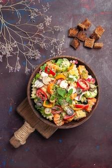 신선한 야채의 최고 볼 수 있습니다. 샐러드는 블랙에 다른 재료로 구성되어 있습니다.
