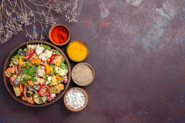 신선한 야채의 최고 볼 수 있습니다. 블랙에 다른 조미료와 샐러드